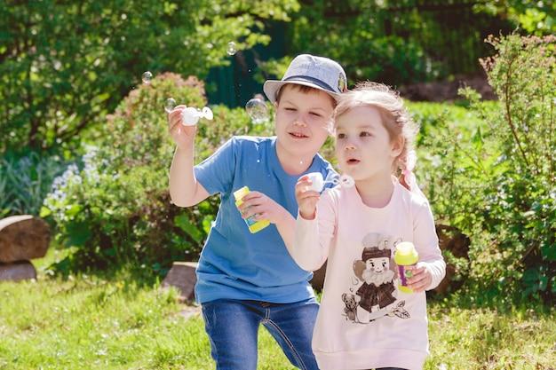 Bonitos crianças estão brincando no parque Foto Premium