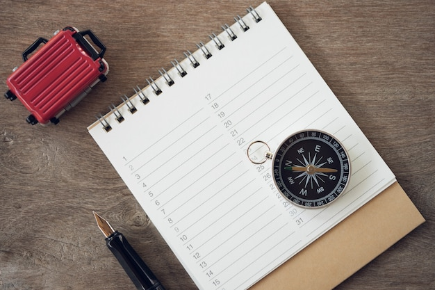 Book rankings (list), caneta e bússola para gravar vários itens antes de viajar, Foto Premium