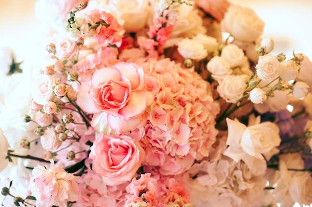 Boquet de hortênsias cor de rosa, rosas e eustoma branco Foto gratuita