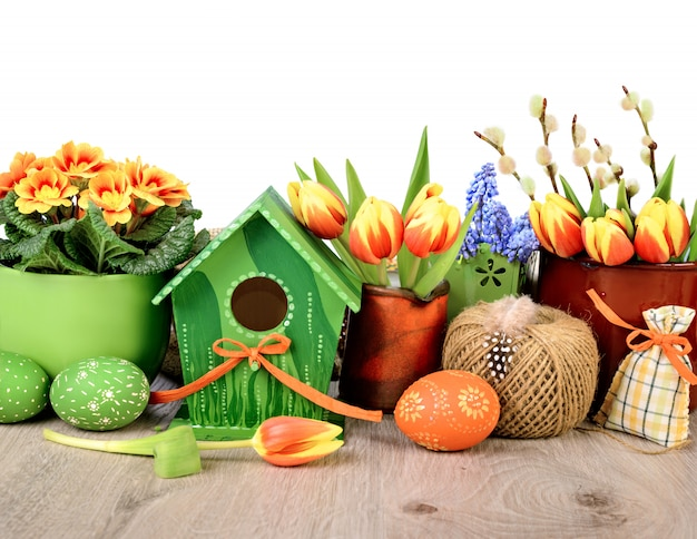 Borda horizontal da páscoa com flores e decorações isoladas no branco Foto Premium