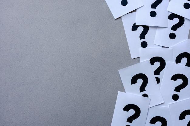 Borda lateral dos pontos de interrogação da impressora em papel Foto Premium