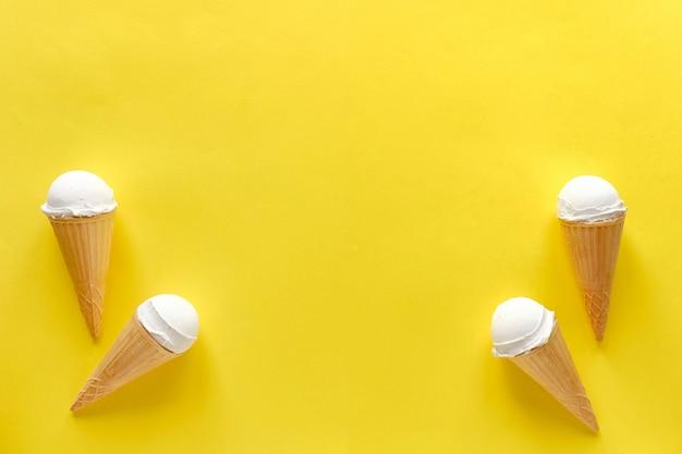 Borda lateral dupla de cones de sorvete de baunilha Foto Premium