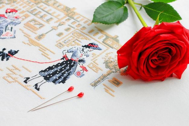 Bordado com uma foto de uma jovem mulher em seu fundo vermelho rosa e pinos Foto Premium