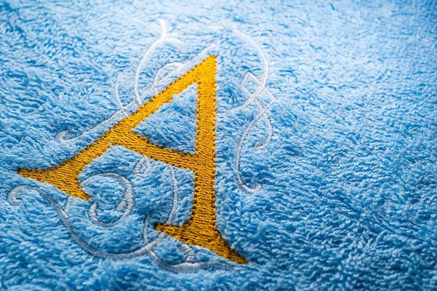 Bordado monograma alfabeto design na toalha Foto Premium