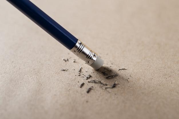 Borracha e conceito de lápis de erro Foto Premium
