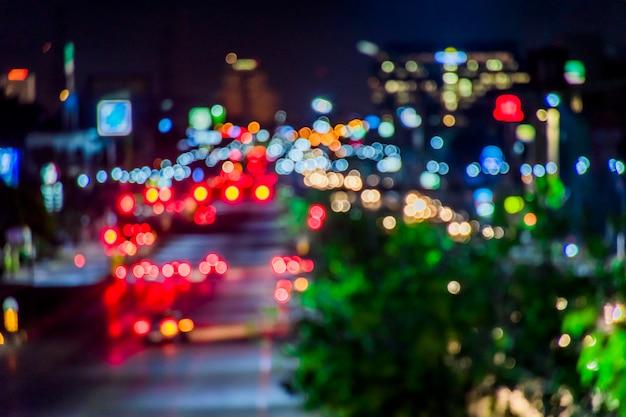 Borrão câmera, bokeh na estrada da cidade para ir ao centro da cidade. Foto Premium