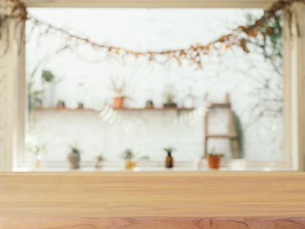 Borrão da mesa vazia de placa de madeira no fundo do café. Foto Premium