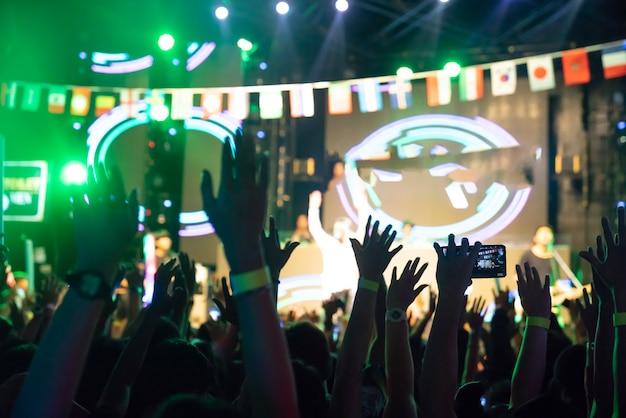Borrão de fundo multidão no concerto - torcendo multidão na frente Foto Premium