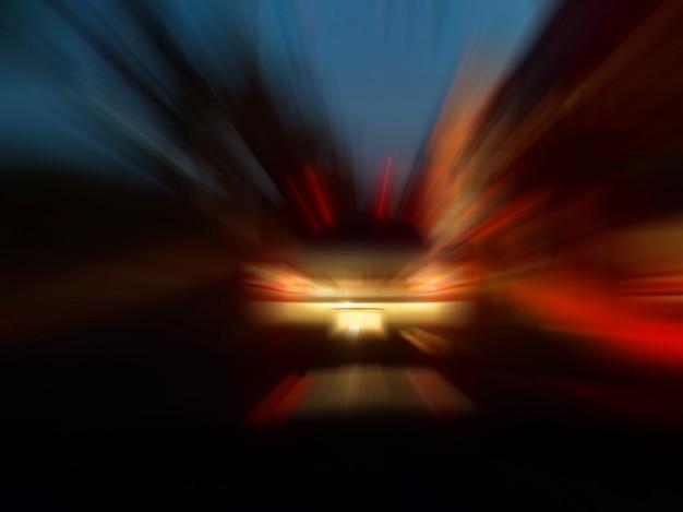 Borrão de movimento abstrato da velocidade na cidade na luz de néon da estrada da noite. Foto Premium