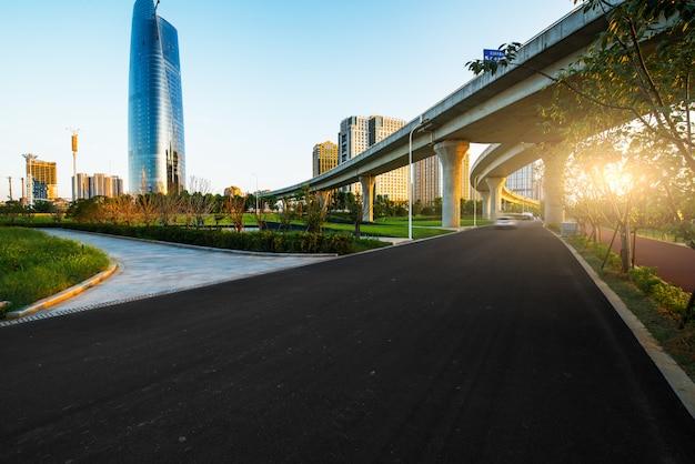 Borrão de movimento da passagem superior da estrada com fundo da cidade. Foto Premium