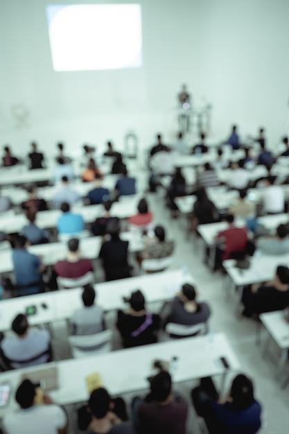 Borrão de pessoas na sala de conferências. Foto Premium