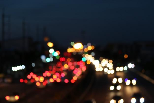 Borrão mancha multicolor de luz de tráfego na estrada principal Foto Premium
