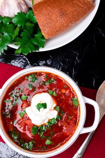Borsch tradicional ucraniano. bacia branca da sopa vermelha do vegetariano do russo em de madeira vermelho. vista do topo. borscht, borshch com beterraba. Foto Premium