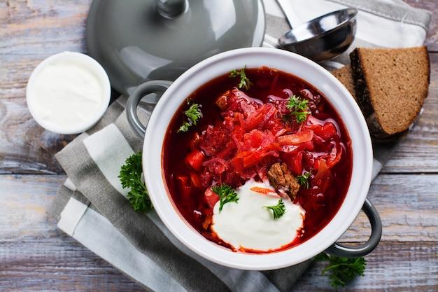 Borsch ucraniano tradicional sopa de beterraba Foto Premium