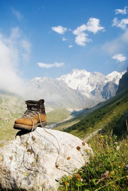 Bota de alpinista robusta Foto gratuita