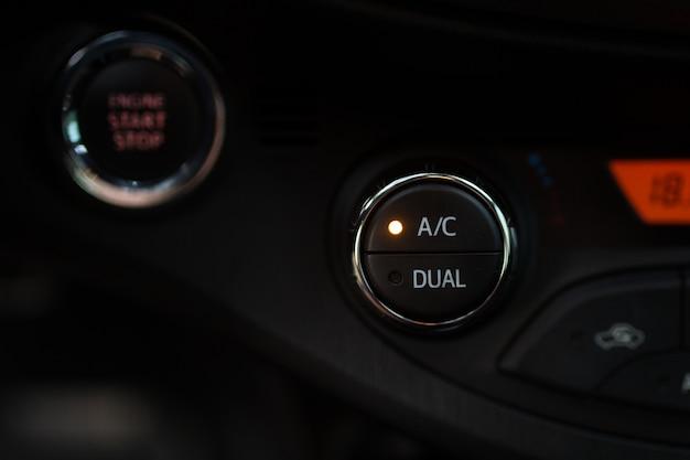 Botão de ar condicionado carro close-up no painel preto Foto Premium