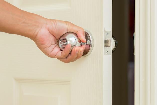 Botão de porta aberta de mão de homem Foto Premium