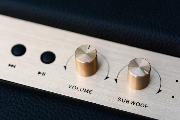 Botão de volume no alto-falante bluetooth Foto Premium