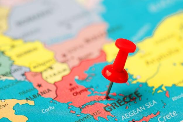 Botão vermelho indica a localização e as coordenadas do destino no mapa do país da grécia Foto Premium