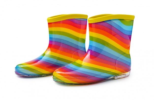 Botas de borracha do arco-íris isoladas no fundo do whiteâ com trajeto de grampeamento. Foto Premium