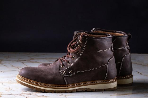 Botas de camurça marrom casual para homem. calçado e sapatos para caminhadas longas e estilo de vida ativo Foto Premium