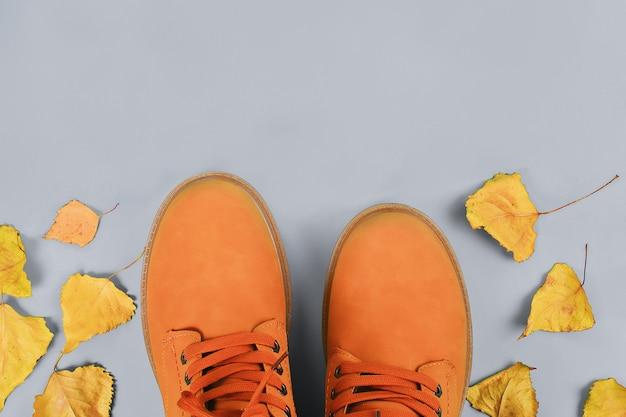 Botas de outono marrom laranja mens no pastel cinza Foto Premium