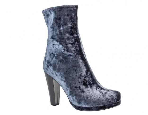 Botas de uma mulher de camurça cinza nos saltos de pé no fundo branco Foto Premium