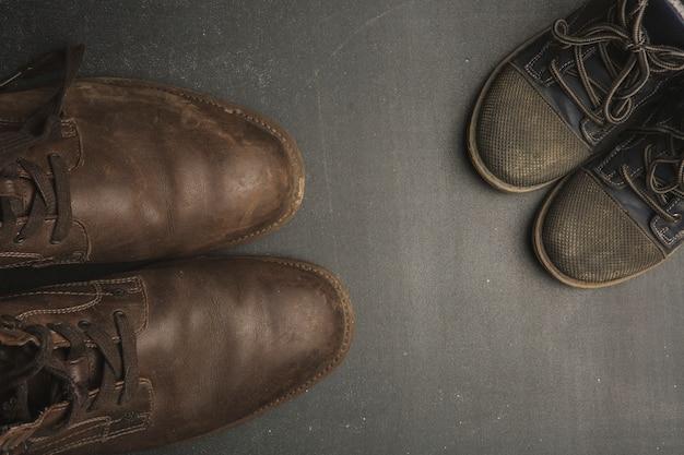 Botas do papai e sapatos de bebê, conceito de dia dos pais. Foto Premium