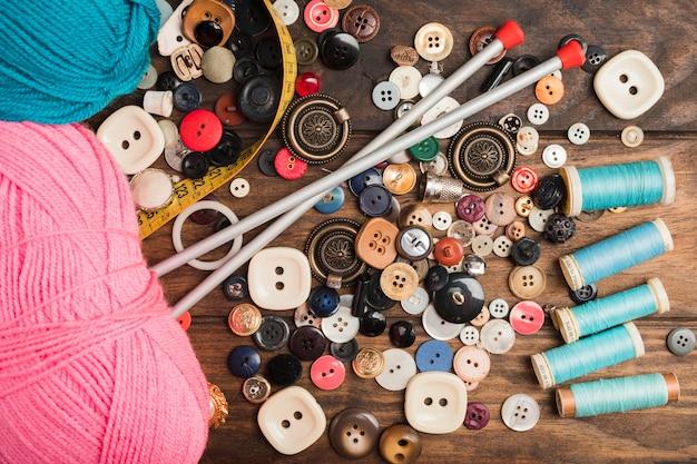 Botões de costura com lã e agulhas Foto gratuita