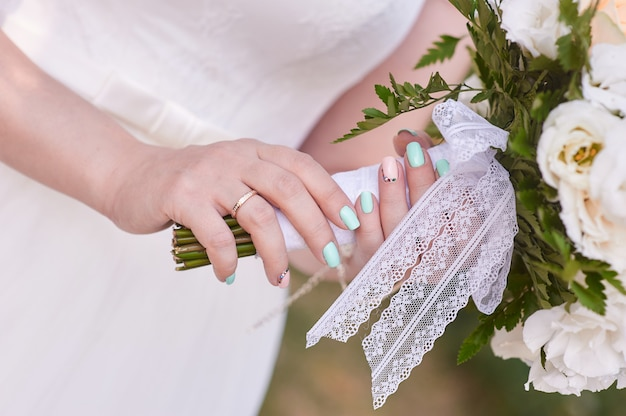 Bouquet de noiva nas mãos da noiva Foto Premium
