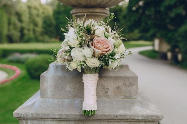 Bouquet de rosas brancas e rosa Foto gratuita