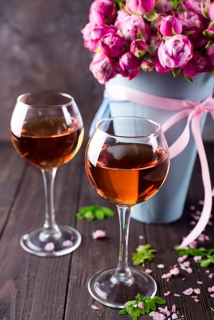 Bouquet e taças de vinho Foto Premium