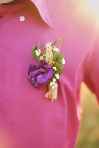 Boutonniere do noivo em uma camisa roxa Foto Premium