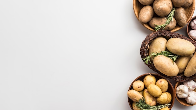 Bowsl de cópia-espaço com batatas Foto gratuita