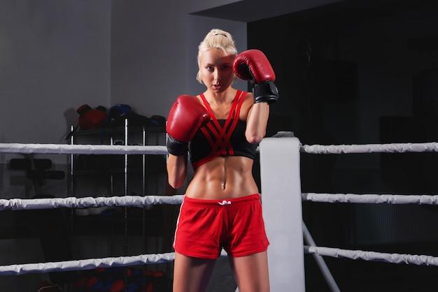Boxe de treinamento lindo jovem forte e apto mulher Foto gratuita