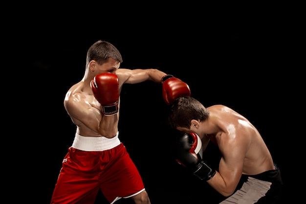 Boxe profissional dois boxe no espaço preto, Foto gratuita