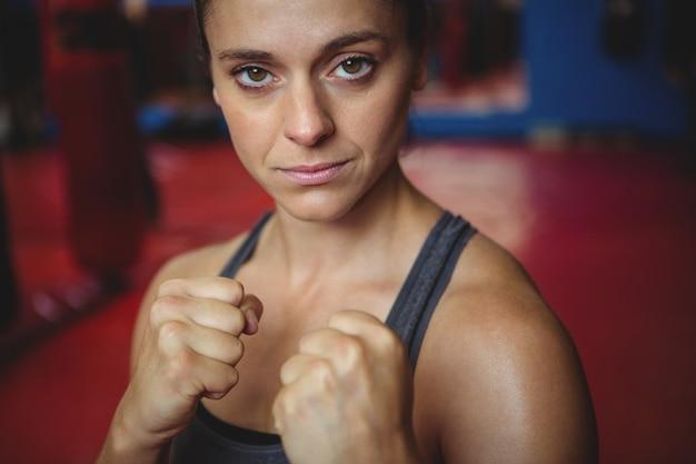 Boxer fêmea confiante, realizando postura de boxe Foto gratuita