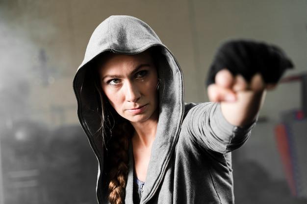 Boxer fêmea treinando para uma nova competição Foto gratuita