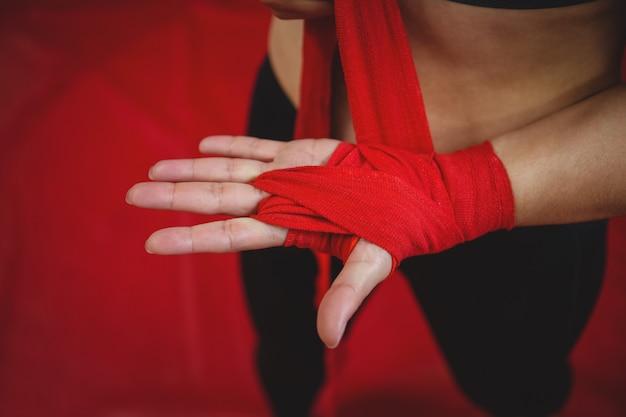 Boxer fêmea usando cinta vermelha no pulso Foto gratuita
