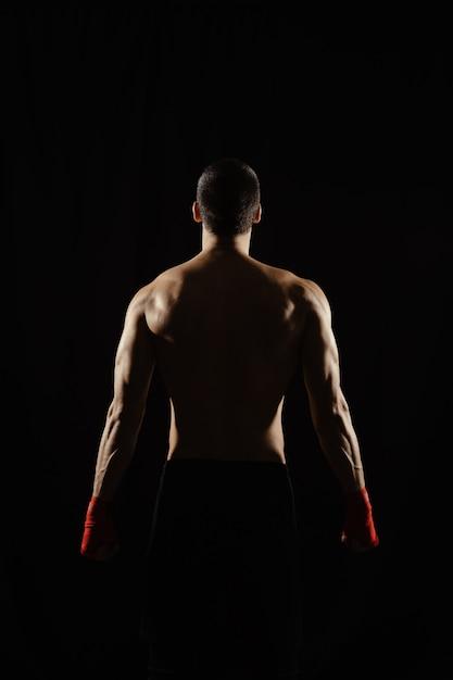 Boxer masculino posando suas costas poderosas Foto gratuita