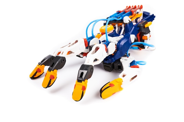 Braço de robô de brinquedo de plástico com mecanismo de movimento hidráulico dos dedos. isolado no branco Foto Premium