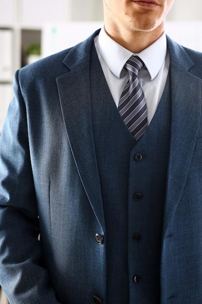 Braço masculino em terno azul conjunto gravata closeup Foto Premium
