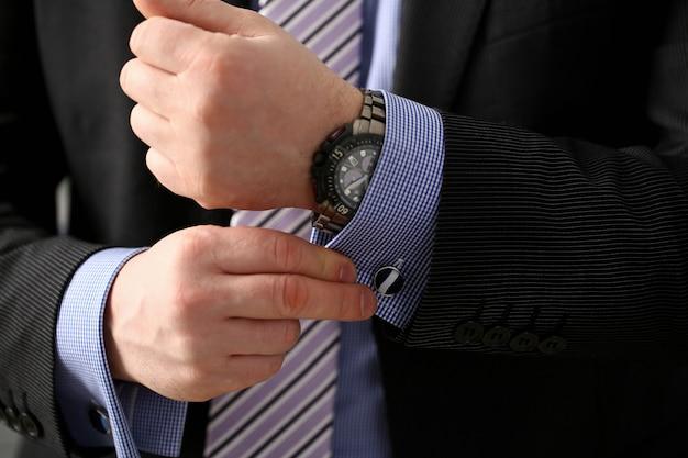 Braço masculino em terno marrom conjunto garanhão closeup Foto Premium