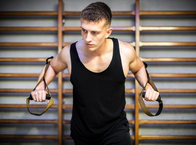 Braços de treino com tiras de fitness trx Foto gratuita
