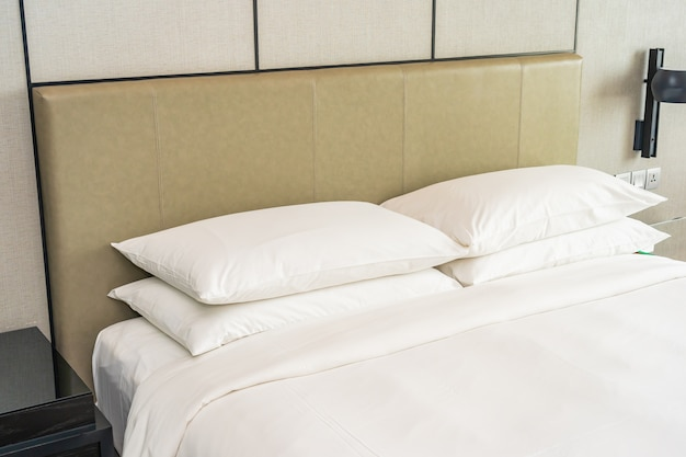 Branco confortável travesseiro decoração interior do quarto Foto gratuita