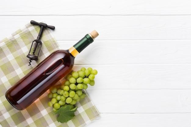 Branco delicioso vinho com guardanapo Foto gratuita