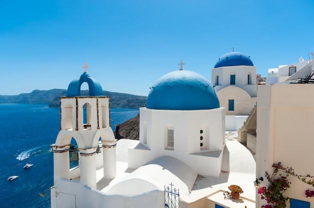 Branco e azul santorini - vista da caldeira com cúpulas Foto Premium