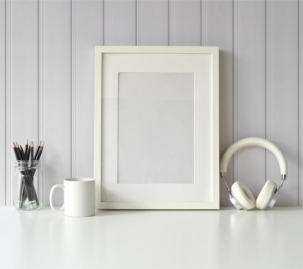 Branco mock up frame e gadget na mesa branca. Foto Premium