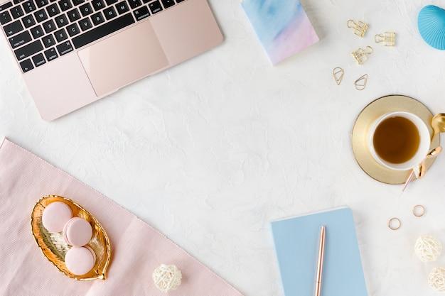 Branco moderno local de trabalho com laptop e xícara de chá. Foto Premium