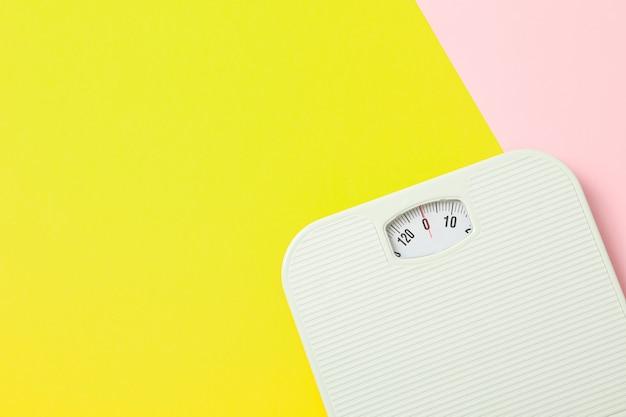 Branco pesar escalas em fundo de dois tons, espaço para texto Foto Premium